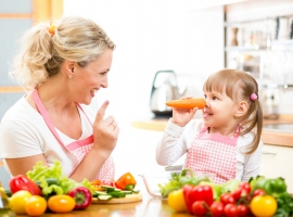 С какого возраста можно учить ребенка готовить еду?