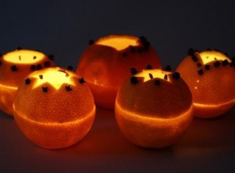 Апельсиновые абажуры со свечами внутри