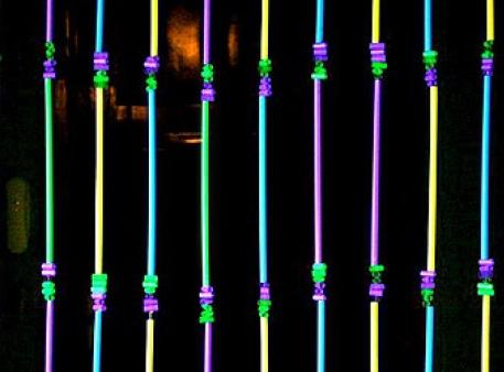 Ниточные шторы, сделанные из широких трубочек для коктейлей