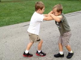 Что делать, если ребенок дерется с друзьями