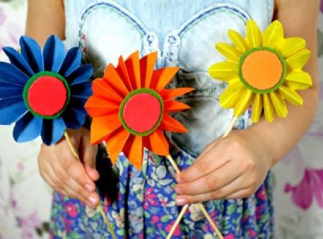 Простые цветы-самоделки из цветной бумаги