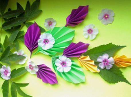Композиция с листьями из цветной бумаги