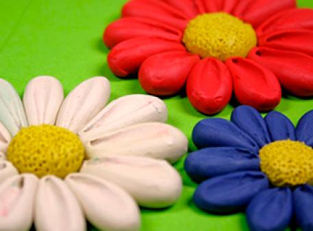 Пластилиновые цветы с объемными лепестками
