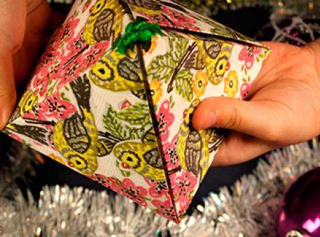 Самодельная коробка с подарком в форме пирамиды
