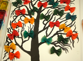 Нарисованное дерево с яркими бантиками