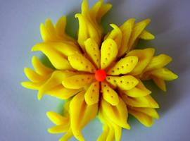 Режем пластилин - создаем объемный цветок