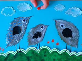 Птенцы: листья, акварельная бумага и ягоды